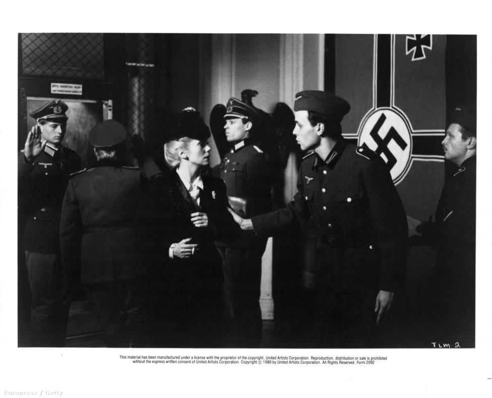 Az utolsó metró, egyike sok közös filmjének Francois Truffaut rendezővel, akivel egy ideig együtt is élt. Partnere Gérard Depardieu, akivel nemcsak filmekben játszottak együtt, hanem egy közös dalt is felénekeltek. A színésznő szerint Depardieu kedves és figyelmes partner, de nagyon türelmetlen. Utál próbálni, legszívesebben minden jelenetet felvenne azonnal.