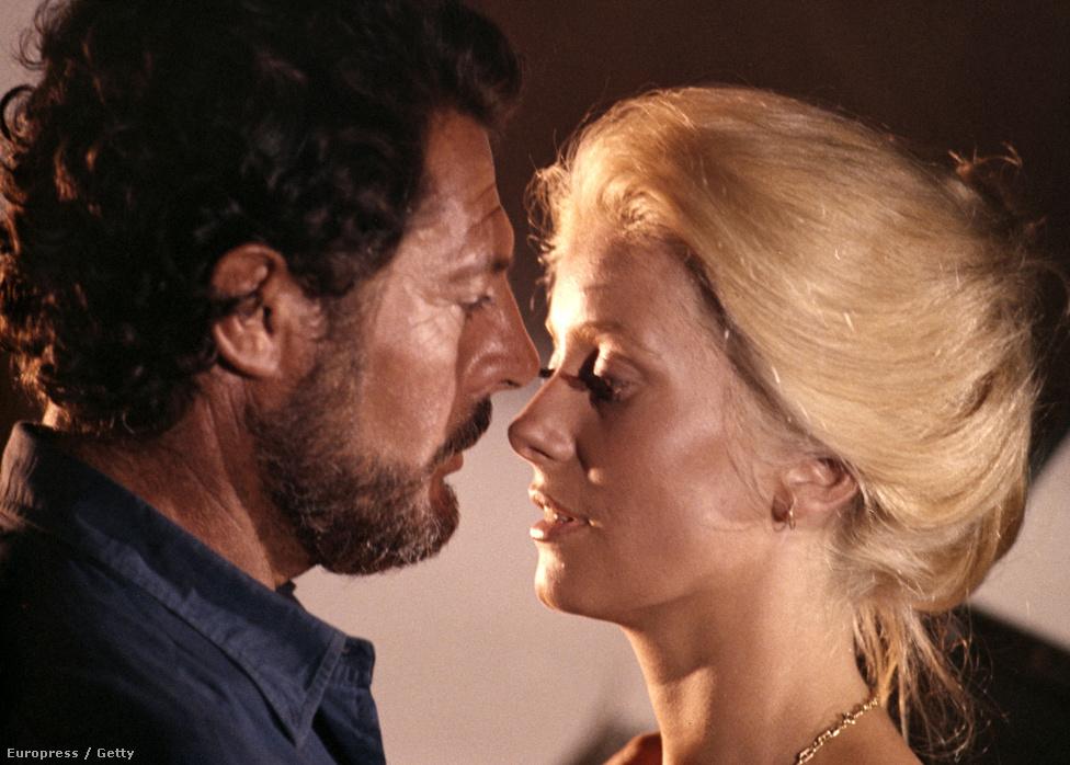 Az A szuka forgatásán az olasz színésszel, Marcello Mastroianni-val. Ő lett a színésznő legnagyobb szerelme, lányuk, Chiara Mastroianni 1972-ben született és szintén színésznő lett. Soha nem házasodtak össze, mert bár Mastroianninak számos kapcsolata volt, feleségét, Flora Carabella színésznőt nem akarta elhagyni.