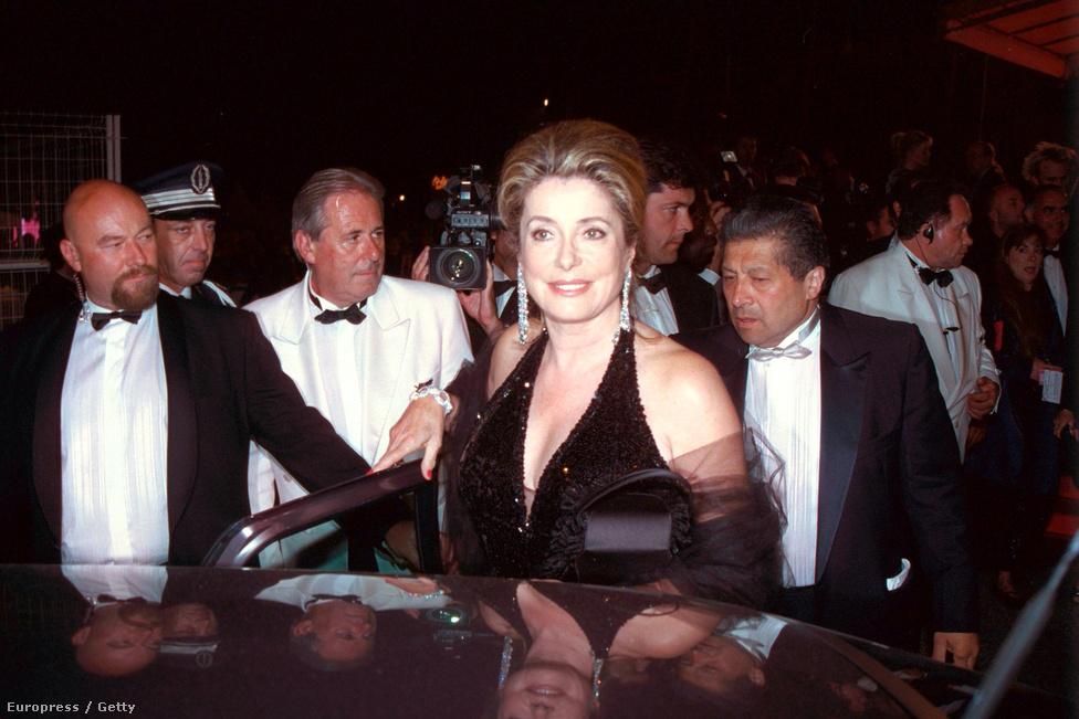 Szintén a Cannes-i Filmfesztiválon, csak már 2000-ben. A színésznő Lars von Trier filmjét, a Táncos a sötétbent népszerűsíti. Bár ekkor már évtizedek óta a filmvilág legendájának számított, nem érezte kínosnak, hogy levélben kérjen szerepet a rendezőtől. Így lett gyári munkásnő ebben a filmben (ránézésre mi sem áll távolabb tőle), ami nagyszerű döntésnek bizonyult. A film és az alakítás is emlékezetes lett.