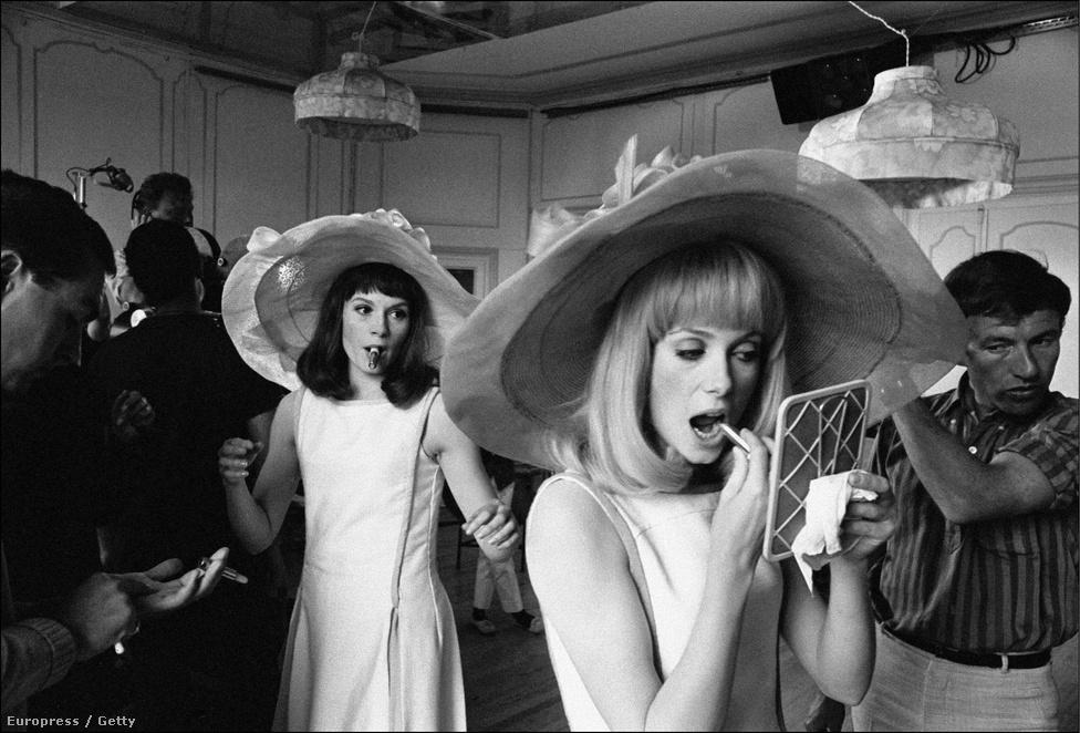 Ez a film kevéssé ismert, Catherine Deneuve számára mégis fontos lehetett. Az 1966-os A rochefort-i kisasszonyokban nővérével, Francoise Dorleac-kal játszott együtt, ráadásul testvéreket alakítottak. Ez lett Francoise utolsó előtti filmje, egy évvel később autóbalesetben meghalt.