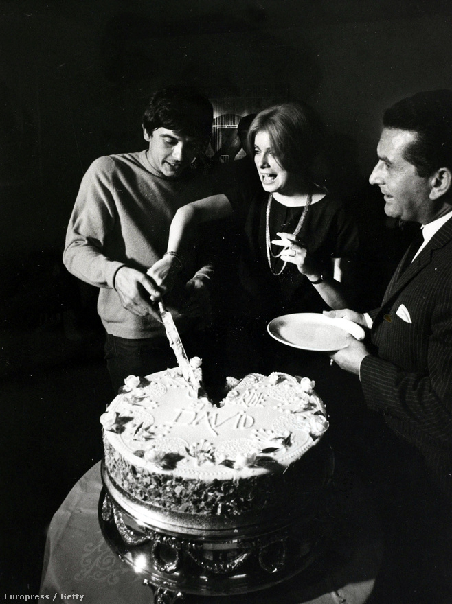 """Egy újabb esküvői kép, de ezúttal nem egy filmből. Deneuve 1965-ben házasodott össze a brit fotóssal, David Bailey-vel. A szerelem nem volt hosszú életű, két évvel később már külön éltek, de hivatalosan csak 1972-ben váltak el. """"Ha valaki megszállottan imád, ne vedd készpénznek arra vonatkozóan, hogy szeret is"""" - mondta a szenvedélyről a Magyar Narancsnak adott interjújáben 2006-ban."""