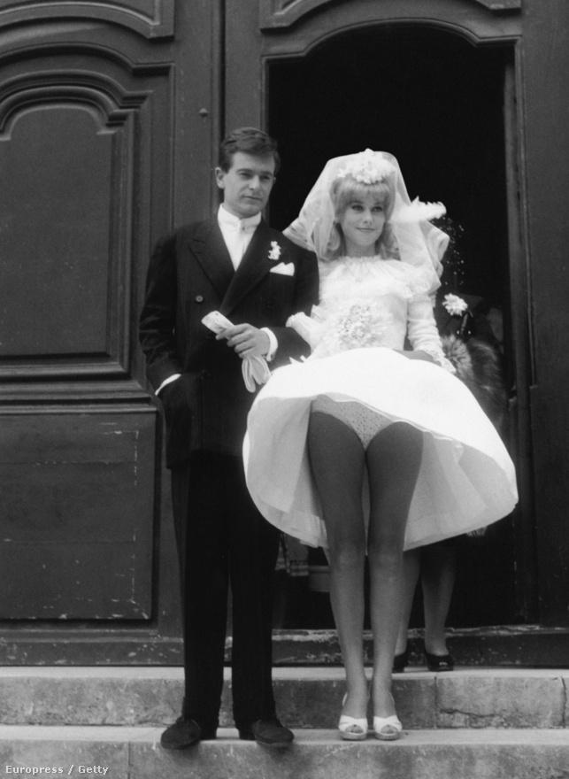"""Tökéletes lábak és a hatvanas évek jellegzetes bugyifazonja. Deneuve és Jean-Pierre Honore a Le vice et la vertu című film egyik jelenetében. A filmet Roger Vadim rendezte, a színésznő első nagy szerelme. Közös gyerekük, Christian Vadim 1963-ban született. Később Vadim könyvet írt híres szerelmeiről, Deneuve-ről, Brigitte Bardotról és Jane Fondáról. """"Catherine 17 éves volt, én 32. De szerelemben a korkülönbség nem számít. A tapasztalatok sem. A nők sokszor tanulás nélkül is rengeteg dolgot tudnak a szerelemről"""" - írta a kapcsolatukról a meglehetősen indiszkrét könyvben."""