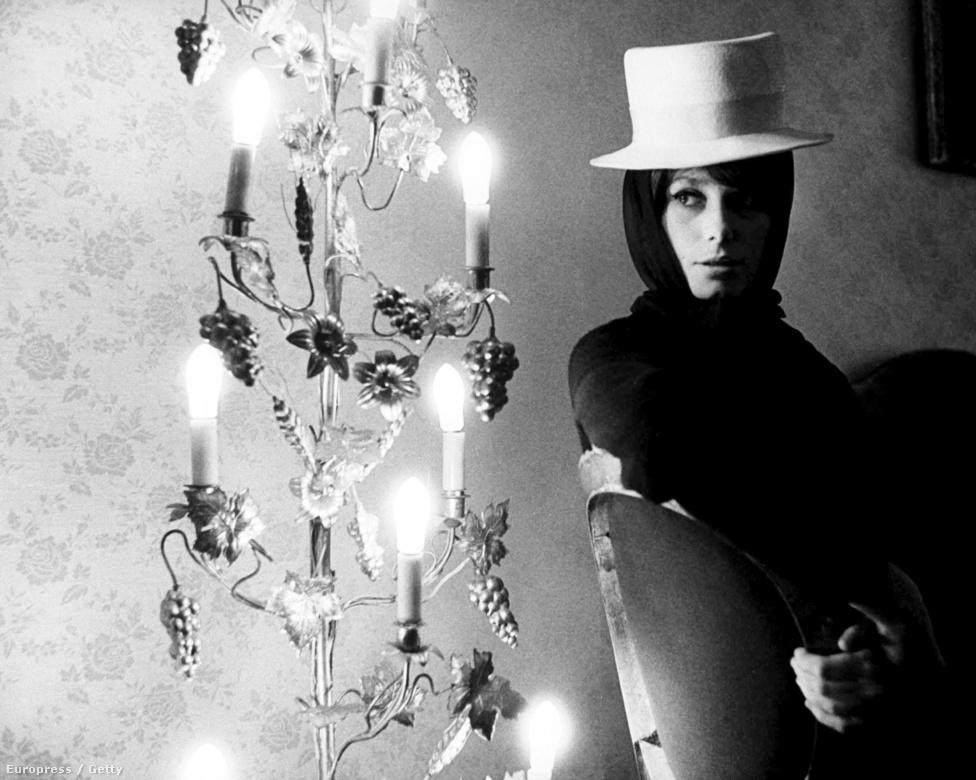 1961-ben a 18 éves Catherine Deneuve még egy volt a sok párizsi modell közül. Pedig már kamaszkorában elkezdett filmekben játszani, akkor még eredeti nevén, Catherine Dorléac-ként. Első filmjét, a Les Collégiennest 14 éves korában forgatta. A nagy filmes áttörésre, a híres színésznővé válásra viszont 1964-ig várnia kellett. Igaz, akkor sem volt több 21 évesnél.
