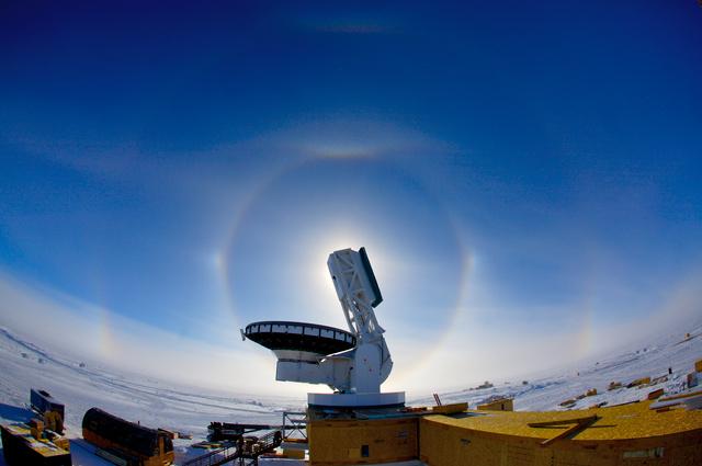 A South Pole Telescope, az Antarktiszon, amely képes a polarizáció irányát megmérni.
