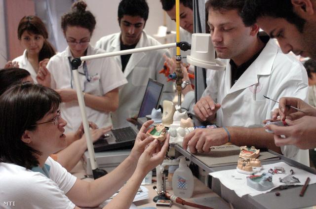 Külföldi diákok a Semmelweis Egyetem fogorvosi szakán fogpótlási gyakorlaton vesznek részt.