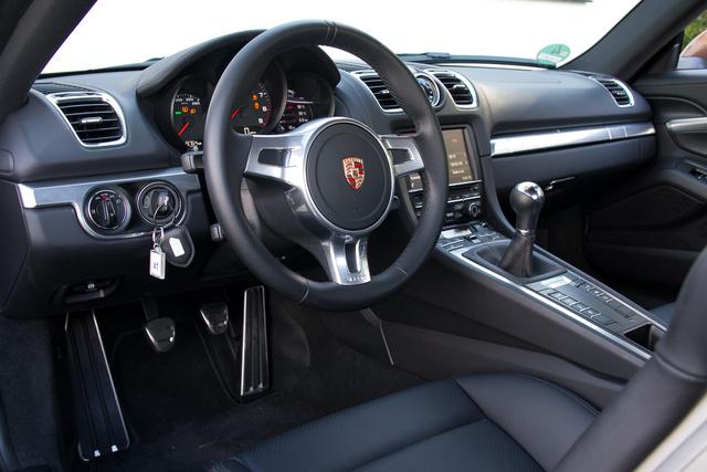 Standard Porsche-belső. Szép is, jó is, ennyiért miért is lenne gagyi