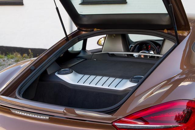 A két csomagtartós autó, mégsincs benne annyi hely, mint egy rendes autóban. Hátul úgy 162 liter jut a csomagoknak
