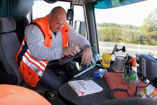 Nem csak szakértelme, de hatósági engedélye is van, hogy megbontson bármit egy teherautó vezetőfülkéjében. Aztán persze mindent össze is szerel