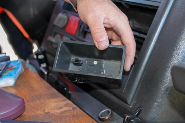 Kapcsoló a hamutartóban a ki tudja hányadik megállított és lebuktatott kamion vezetőfülkéjében