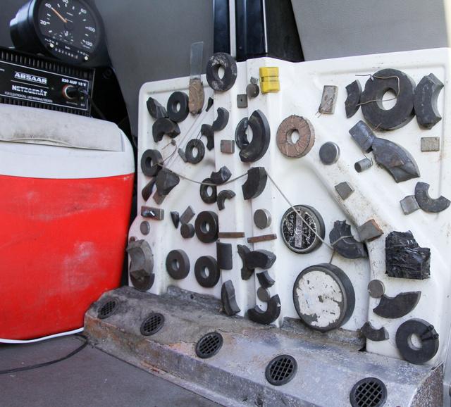 Van itt mindenféle mágnes. Horváth úr szolgálati autójában is gyűjti a csaló sofőröktől lefoglalt relikviákat
