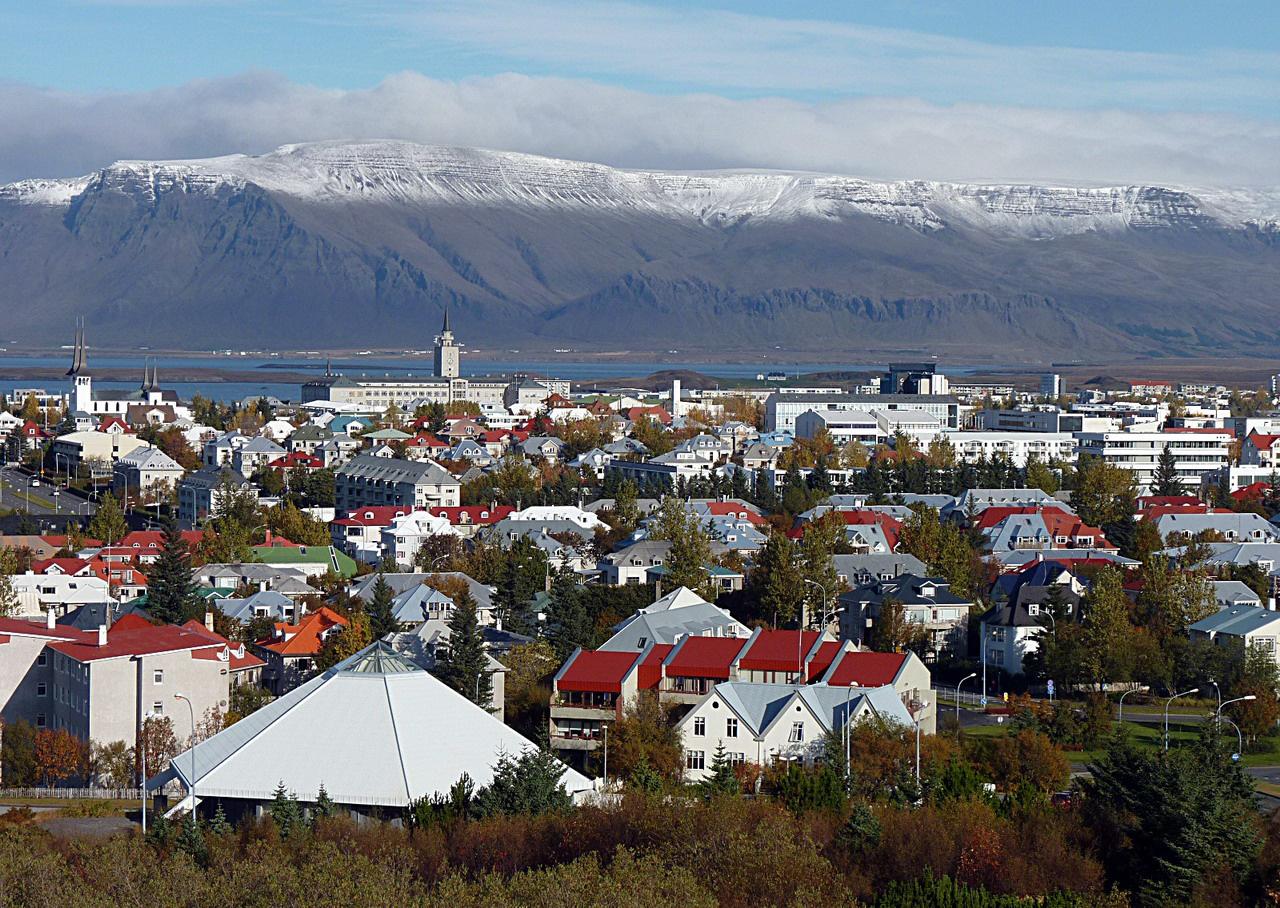 Izland fővárosa az óceán partján fekvő Reykjavík (a név jelentése: füstös öböl). A városban, illetve a part mentén északnyugatra és délkeletre elnyúló régióban él a lakosság túlnyomó többsége (ebből Reykjavíkban 113 ezer), mivel a sziget belső magasföldje gyakorlatilag lakhatatlan. A fővárosban sok az autó, ám mégis ritkák a dugók, ami egyrészt a település szerkezetének és kiváló úthálózatának köszönhető, másrészt annak, hogy sokan közlekednek kerékpárral. Izland egyébként a legjobban motorizált országok közé tartozik, ezer főre 680 gépkocsi jut