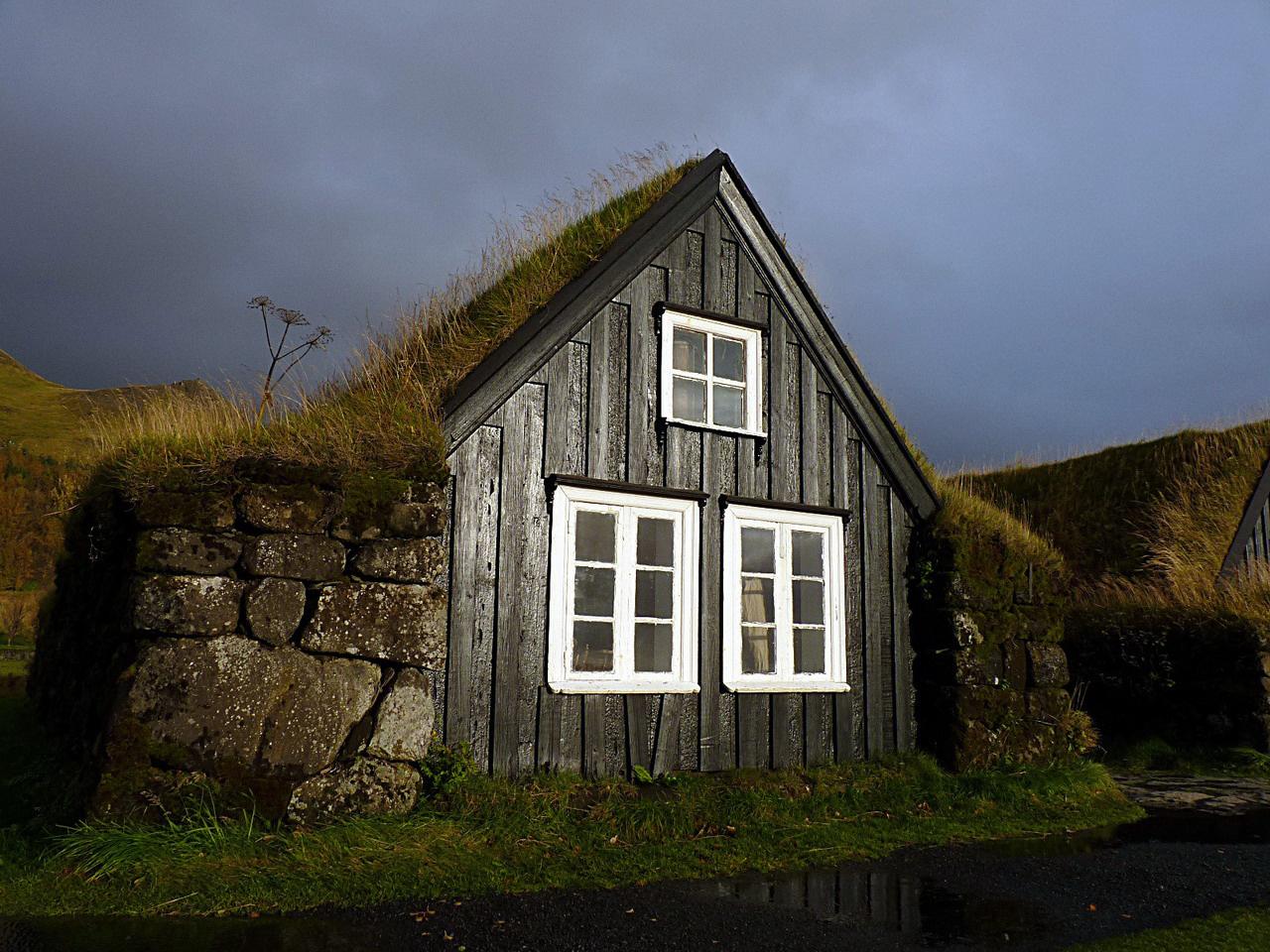 Azok a régi szép idők… Skógarban egy színvonalas néprajzi múzeumban feledkezhetünk bele az izlandiak múltjába. Találunk ott templomot, iskolát, lakóházakat, és egy gazdag tárgyi gyűjteményt. Mint fotónk is mutatja, a házakat sokszor félig a földbe mélyítették, vastag falakkal övezték, tetejükre hőszigetelő növényréteget telepítettek, hogy a hidegek és az erős szelek ellen minél jobban védekezhessenek
