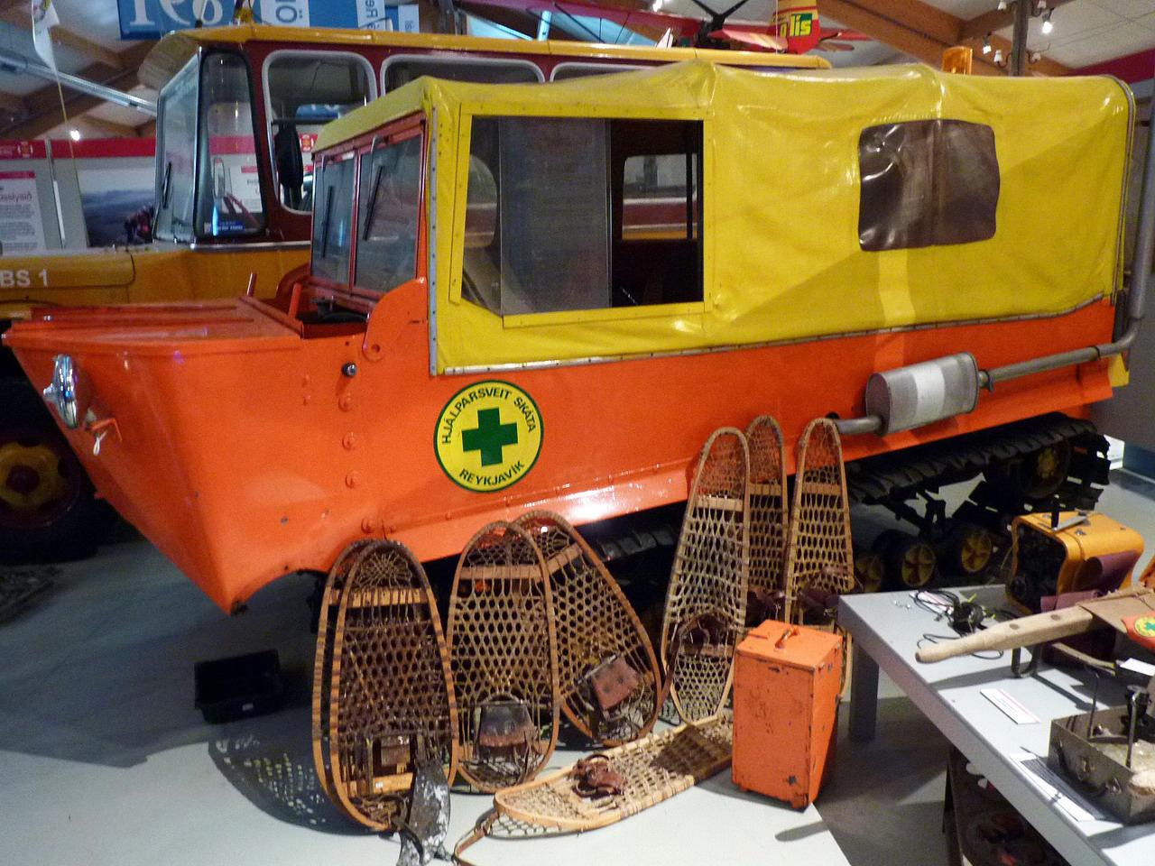 A negyvenes évektől teljesített szolgálatot az izlandi hegyimentőknél ez a lánctalpas, amelynek a felszerelését is bemutatják az izgalmas járműgyűjteménnyel rendelkező skógari múzeumban. Élénk színe elősegítette, hogy felfigyeljenek rá, illetve a gyalogosan, adott esetben a mellékelt hótalpakkal kutató mentők ne tévesszék szem elől