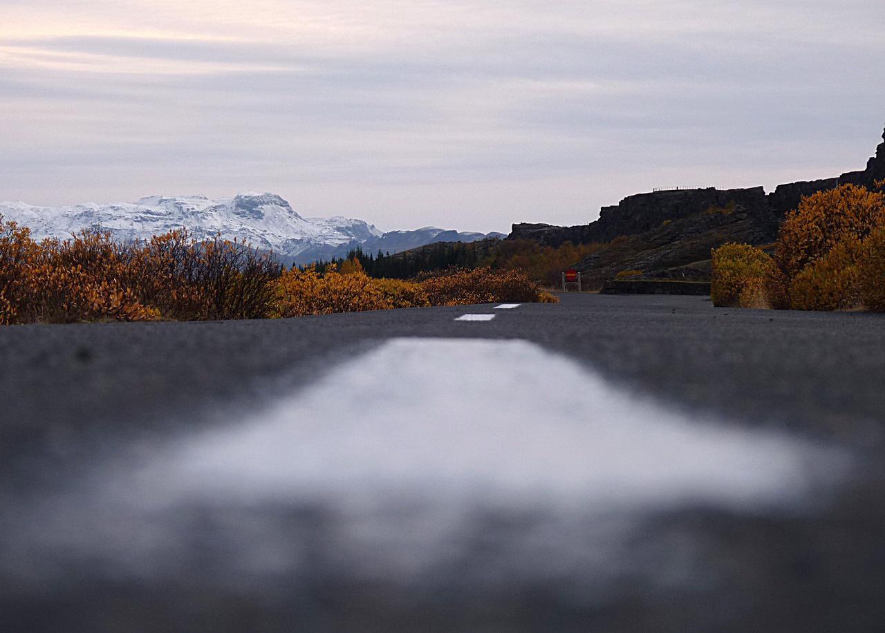 Izland úthálózatának hossza 13 ezer kilométer, ebből 8200 kilométer aszfaltozott. A műutakat folyamatosan karbantartják, minőségük jó. A föld- illetve leginkább bazaltkavics-utak nagy része gyéren lakott vidékeken fut. A leghíresebb burkolatlan út az F26-os, amely 200 kilométer hosszan, dél-északi irányban szeli át a központi magasföldet. Megfelelő járművekkel télen is járható, de a turisták miatt inkább zárva tartják