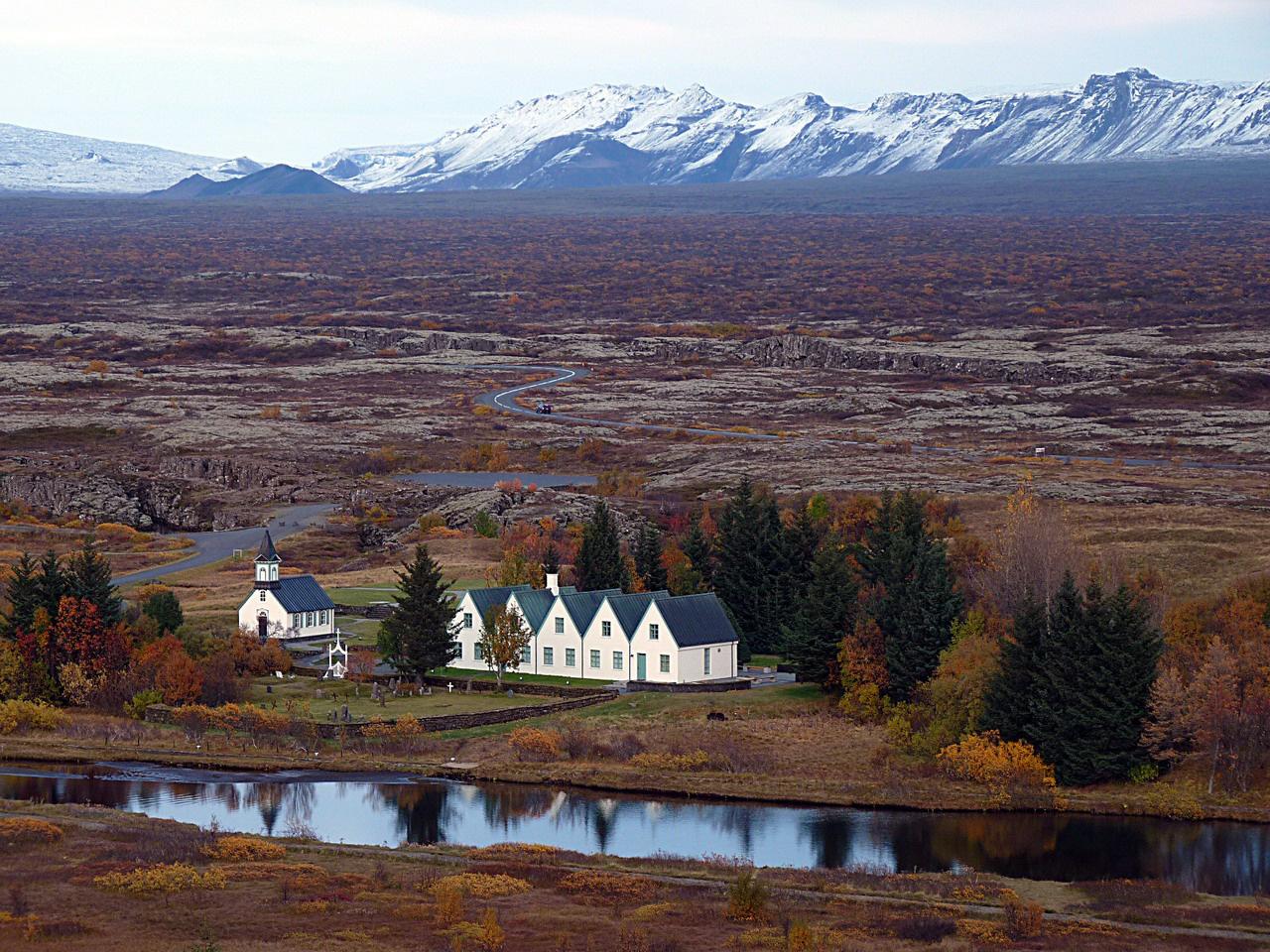 Amerikából átnézünk Európába. Izland nyugati részén átszeli az a törésvonal, amely az Atlanti-óceán alatt húzódó két kéreglemez egymástól való távolodása következtében jött létre. Maga a sziget is ennek köszönheti a létezését: a törésvonal e szakaszán felbugyogott a mélyből a láva, kiformálva Izlandot. A szigeten több mint ezer vulkáni kráter található, huszonhat vulkán ma is aktív. Pár éve az Eyjafjallajökull kitörése hetekre megbénította Európa légiforgalmát