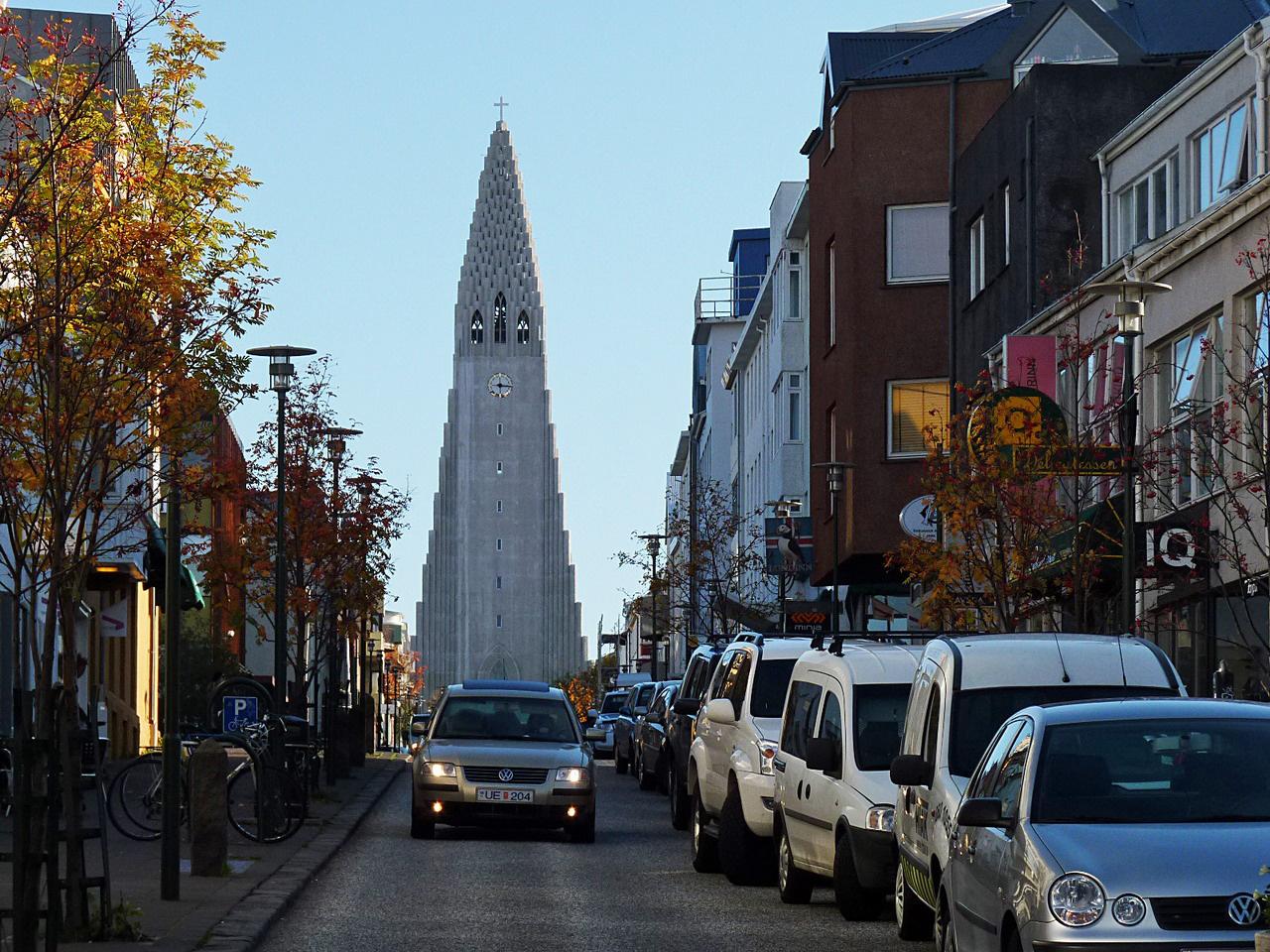 Belvárosi utca Reykjavíkban, háttérben a modern Hallgrímskirkaja templommal, amelynek tornyából páratlan kilátás nyílik a városra és a környező tájra. Az utcák példásan tiszták, Izlandon szinte ismeretlen fogalom a közterületi szemetelés