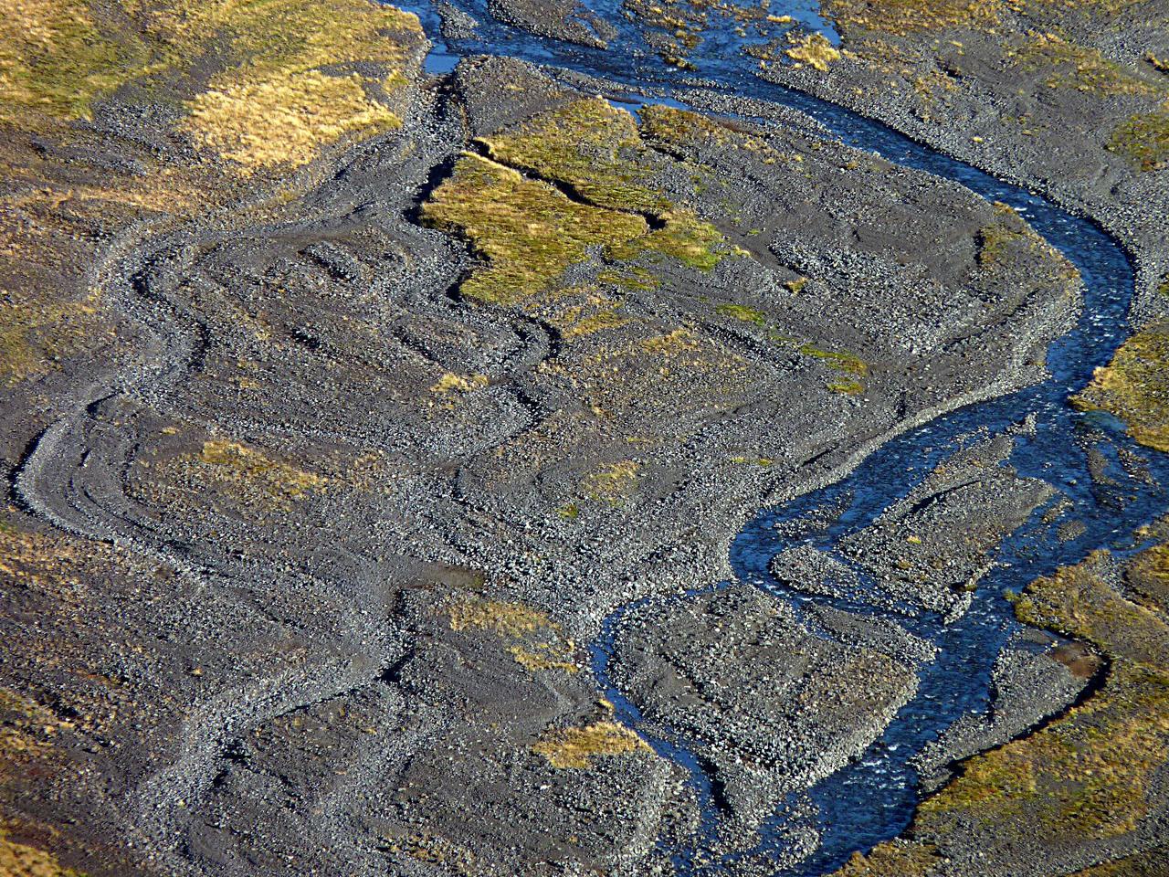 Hordalékmező az Eyjafjallajökull közelében. Az olvadás idején a hegyekből lezúduló víz komoly eróziós tevékenységet végez. A nagyobb áradások teljesen átformálják a szétterülő folyómedret, ezért minden ilyen alkalom után újra meg újra meg kell találni a járművel legjárhatóbb átkelőket