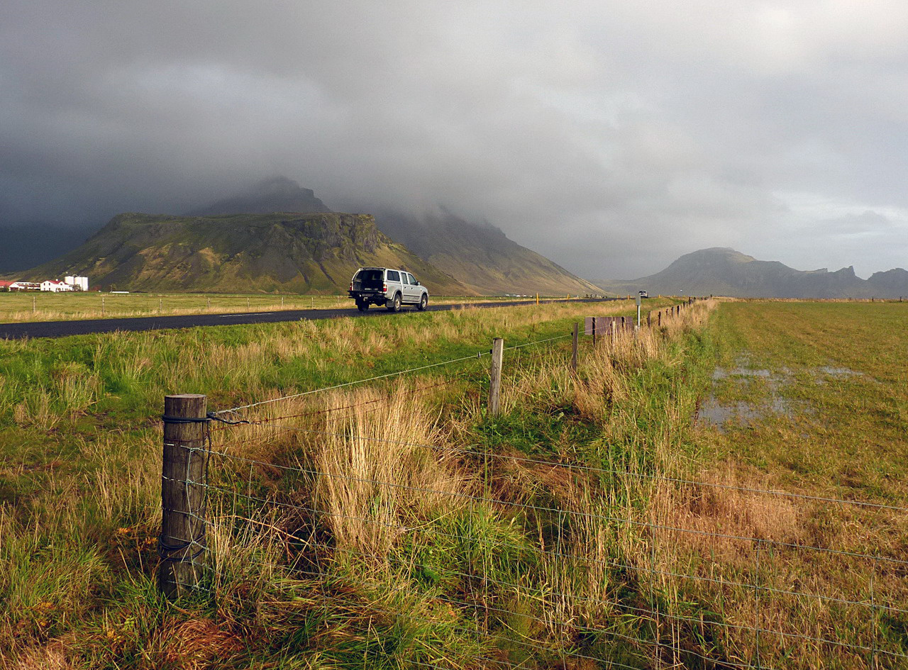 A szigetet körbekerülő 1. számú országos főút Izland fő közlekedési ütőere. Az 1339 kilométer hosszú, legtöbb szakaszán 2 x 1 sávos út mára szinte teljes hosszában szilárd burkolatot kapott, és így minden évszakban átlagos személyautókkal is végigjárható. Ez a turizmus fő útvonala is, mivel sok híres idegenforgalmi célpont található mellette, illetve a közelében