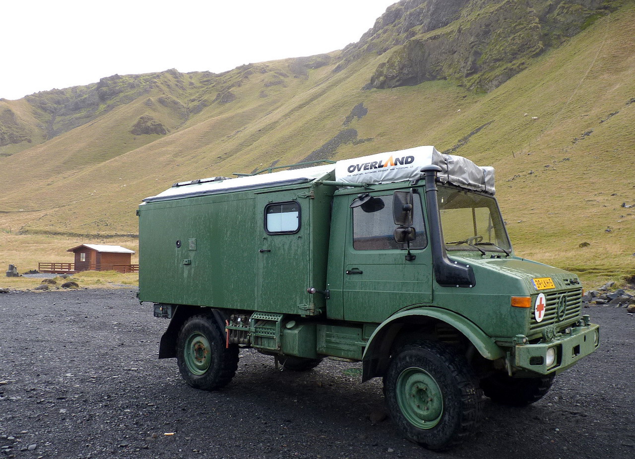 Szigetjárás stílusosan: összkerékhajtásos öreg katonai Mercedesből kialakított lakóautójával kalandozta be Izlandot az a holland házaspár, akikkel a déli tengerparton találkoztunk