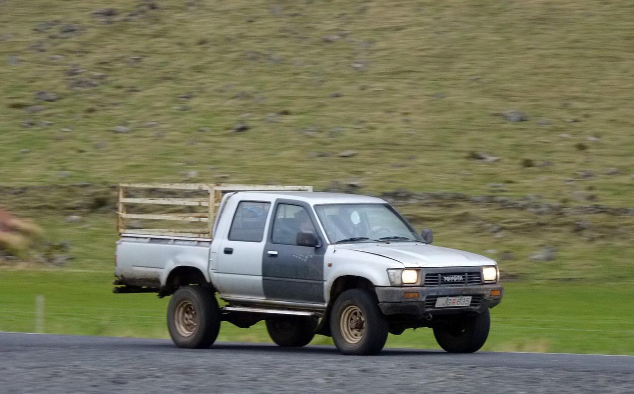 Az összkerekes pickupok Izlandon is a farmerek hűséges igavonó barmai. Ez a duplakabinos Toyota Hilux is szemlátomást kapott már hideget-meleget, de teszi a dolgát rendületlenül