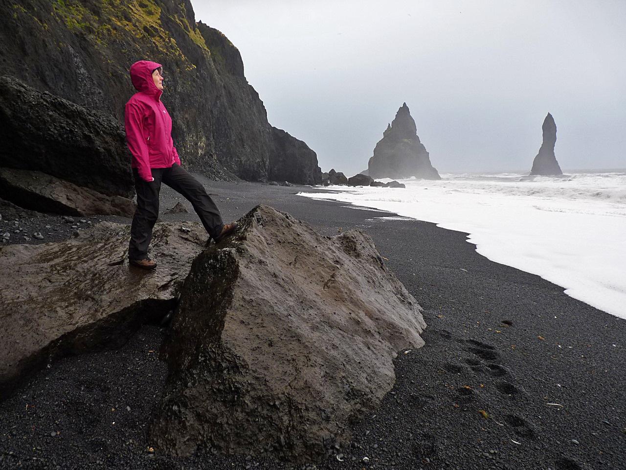 Ahol az ég, a föld és a víz összeér. A Sarkkör közelében a tenger már alkalmatlan a strandolásra, látványa viszont sok érdeklődőt vonz. Vulkáni törmelékkel borított, szürreális formájú szirtekkel szabdalt partja, a hullámverés által kivájt barlangjai szürreális hangulatot árasztanak