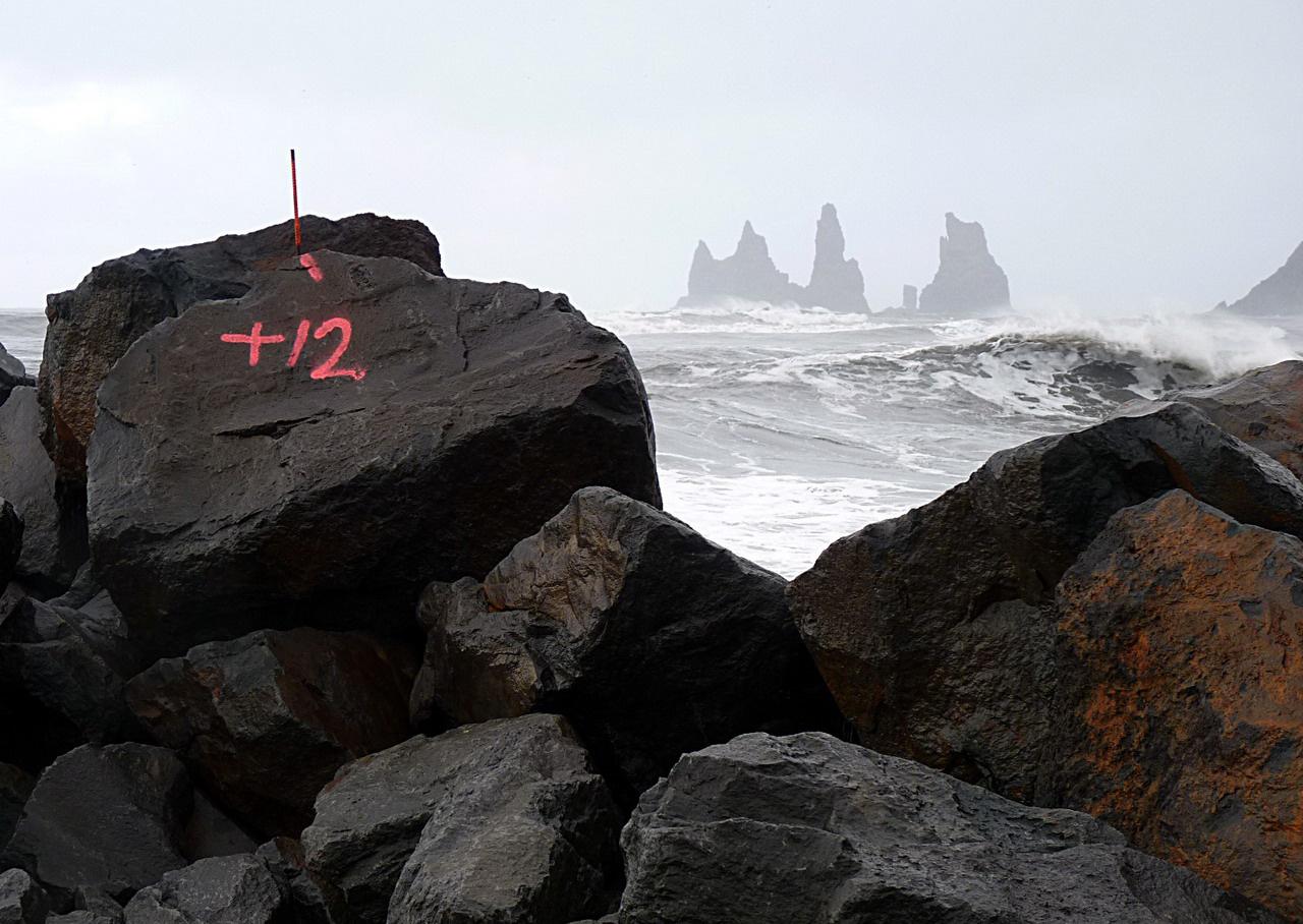 Bazalttömbökből épített hullámtörővel védik a déli partvidéket az erős hullámzástól Vik kisváros közelében. Izlandra sokféle áru érkezik tengeri úton, és saját autónkkal is átkompozhatunk Norvégiából, ám a repülés-autóbérlés egyszerűbb megoldás