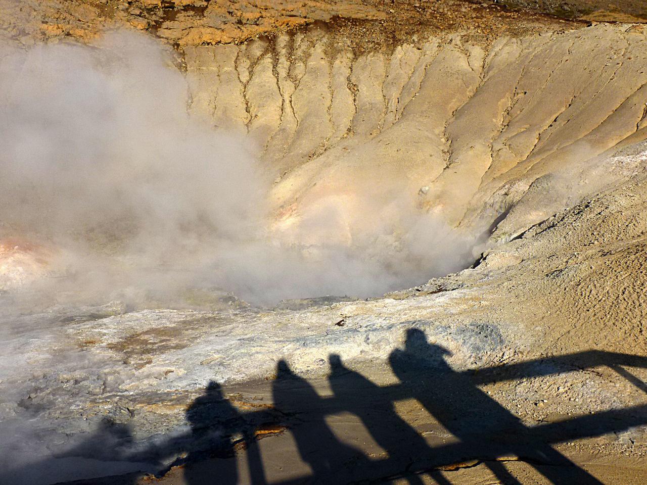 Izlandot a vulkáni tevékenység hozta létre, és ez az erő ma is aktív, aminek számtalan felszíni jele van a kénes kigőzölgésektől a termálforrásokon át a gejzírek működéséig. A geotermikus energia a szigeten könnyen kiaknázható: ezzel fűtik legtöbb épületet, és áramot termelnek vele. A főváros közelében található Krysuvík geotermális mezőn közvetlen közelből figyelhetjük meg ezeket a vulkáni jelenségeket