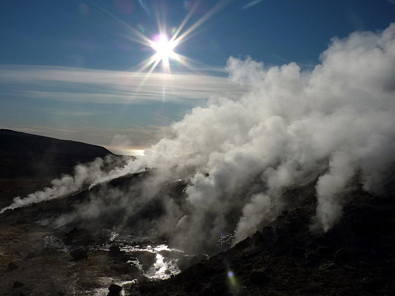A föld mélyéből feltörő forró gázok és gőzök melegítik a Krysuvík mezőn átfolyó patakot. A háttérben megcsillan az Atlanti-óceán víztükre