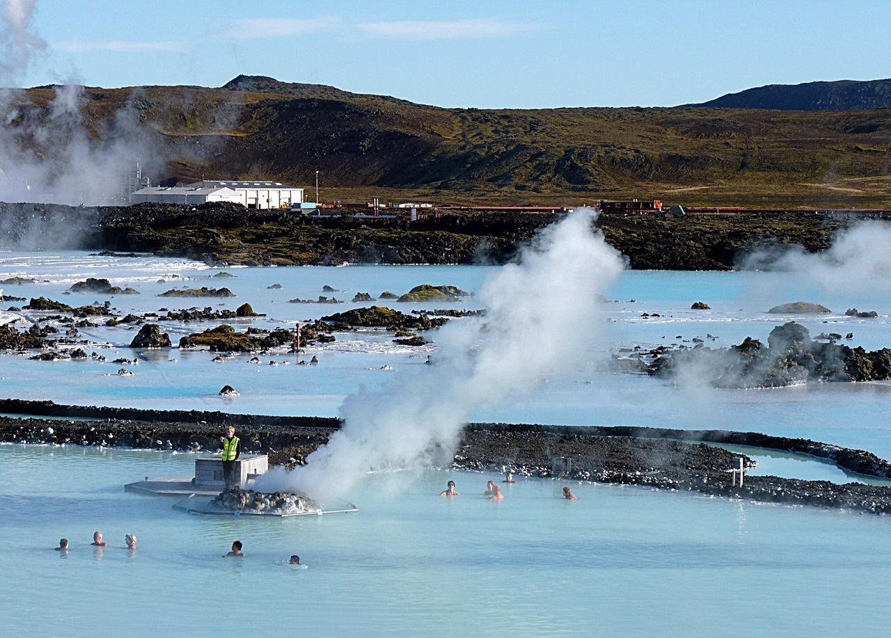Aki repülőgéppel utazik el Izlandról, semmiképp ne hagyja ki a leghíresebb termálfürdőt, a repülőtértől 13 kilométerre található Kék Lagúnát. A strandot egy geotermikus erőmű által hasznosított termálforrásból táplálják, a 38 fokos, gyógyvíz mellett az aljzatra leülepedett iszaprétegnek is gyógyító hatást tulajdonítanak. A fürdőzők a medencébe telepített bárokból vételezett itallal belülről is átmelegíthetik magukat, így az utazók között a népszerűsége töretlen. Akárcsak Izlandé, a nagykerekű gleccserjárók csodálatos kis országáé