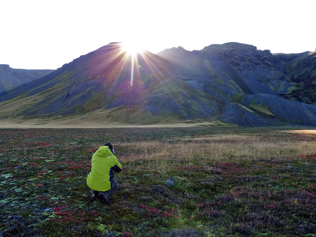 Az éltető Nap bekukkant a völgybe. Izland közvetlenül az Északi-sarkkör alatt fekszik, amiből az következik, hogy nyáron a nappalok nagyon hosszúak, szinte nincs is éjszaka, télen viszont 24 órából húszban a félhomály és a sötétség az úr. Reyjkjavíkban messze földön híres partykkal veszik fel a harcot a fényhiányos depresszió ellen
