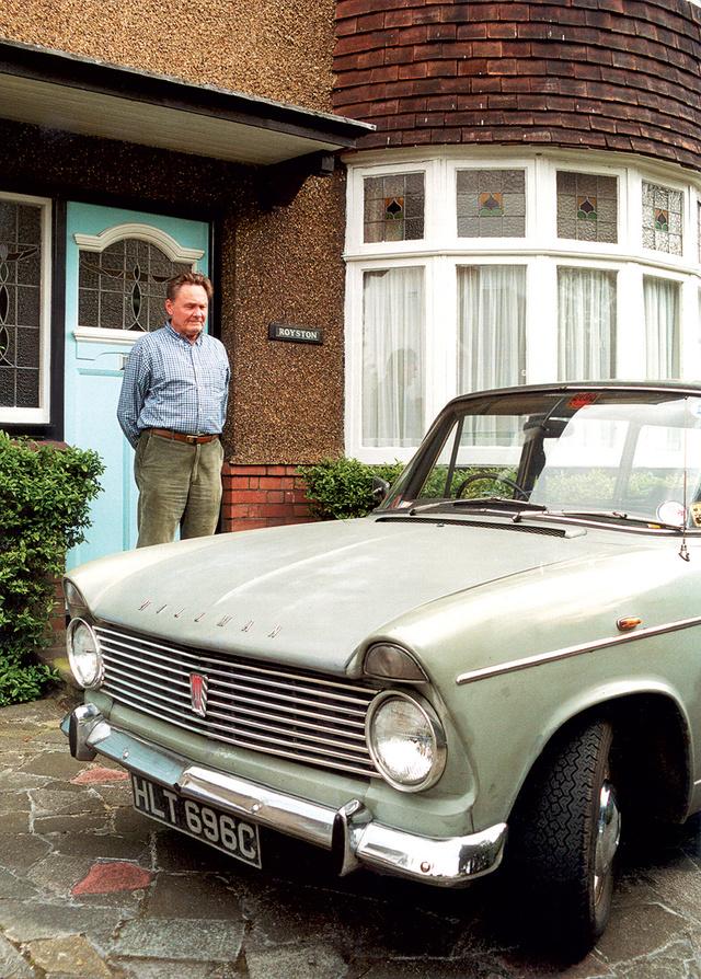 Id. Braun János londoni háza                          és második Hillmanja előtt