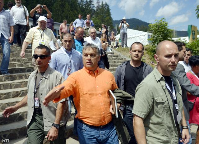 Orbán Viktor miniszterelnök testőrök gyűrűjében távozik a XXIV. Bálványosi Nyári Szabadegyetem és Diáktáborból