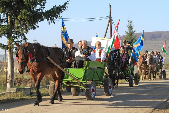 Magyar és székely zászlókat vivő szekérkaraván halad a Maros megyei Makfalva közelében a székelyek október 27-re tervezett nagy menetelésére 2013. október 24-én.