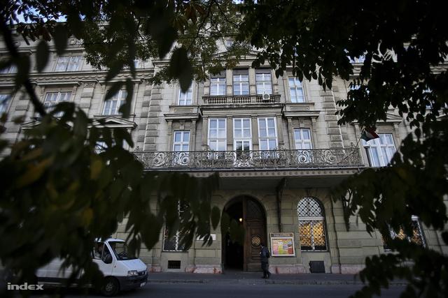 A Bem rakpart 6. előtt, ma Budavári Művelődési Ház, akkor az I. kerületi KISZ klubhelyisége volt