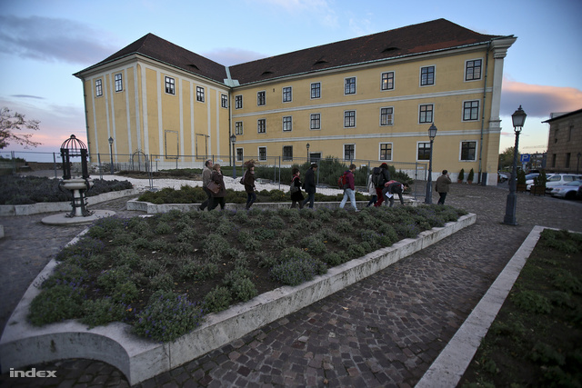 A Várszínház épülete, itt van a Karmelita udvar