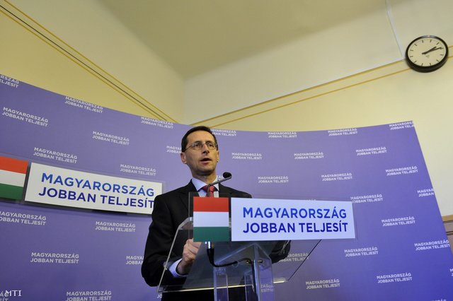 Varga Mihály nemzetgazdasági miniszter sajtótájékoztatót tart a 2014-es költségvetésről a Parlamentben 2013. október 24-én.