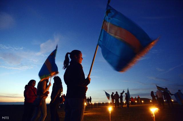 Résztvevők gyülekeznek a háromszéki Óriáspince-tetőn ahol a Háromszéki Ifjúsági Tanács által szervezett fiatalok őrtüzet gyújtanak a Székelyek nagy menetelését megelőző napon.