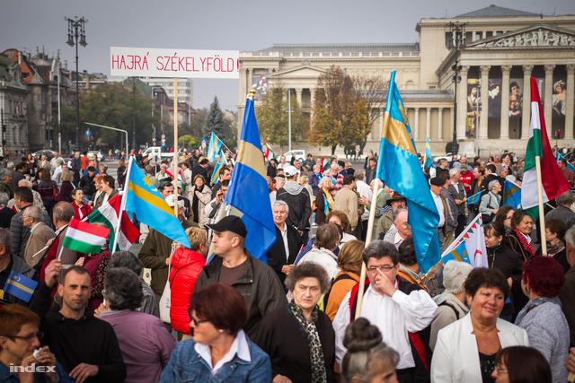 Résztvevők gyülekeznek a Hősök terén a Székelyek nagy menetelése elnevezésű, a háromszéki rendezvénnyel egy időben megrendezésre kerülő budapesti demonstráció helyszínén.