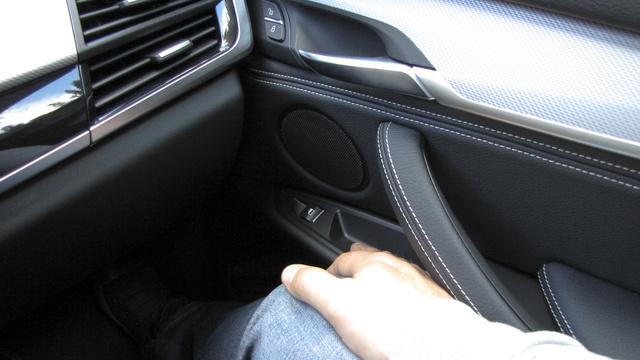 Ez egy kimondottan zavaró hiba: az utas ablakemelőjének gombját nem érni el kényelmesen, előre kell hajolni érte. A vezető oldalán sikerült jól pozicionálni a kapcsolókat