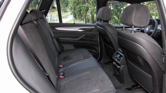 A hátsó ülés ülőlapja egy felnőttnek rövid lehet, a lábtér sem túl nagy, de ez nem egy sofőrös limuzin