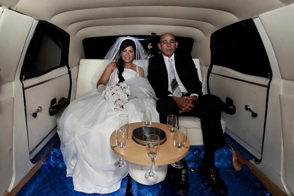 Nagyon mennek az esküvői fuvarok. Joanna apjával érkezik, ő vezeti majd az oltárhoz.