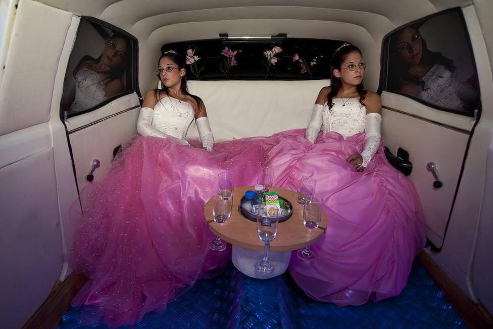 Laura és Belén, az ikrek útban vannak a tizenötödik születésnapjuk alkalmából rendezett bulira. A latin-amerikai országokban egyre népszerűbb Quinceañera hagyománya az azték és maja civilizációkig nyúlik vissza. Ezzel jelképezik, hogy egy lány a felnőttkor küszöbére ért.