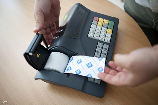 Az első engedéllyel rendelkező pénztárgép amely alkalmas online kapcsolatra a kereskedők és a Nemzeti Adó- és Vámhivatal (NAV) között a Magyar Kereskedelmi Engedélyezési Hivatalban Budapesten 2013. július 16-án.