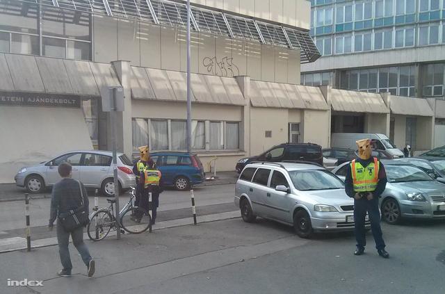 Rendőrök a BME egyik épülete előtt, szerda reggel (A rendőrök arcát a magyar törvények értelmében nem mutathatja a sajtó, ezért őket minden esetben felismerhetetlenné kell tenni a képeken.)