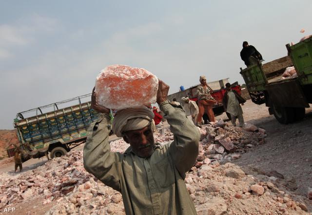 Sótömböt cipel egy munkás a pakisztáni Khewra sóbánya előtt