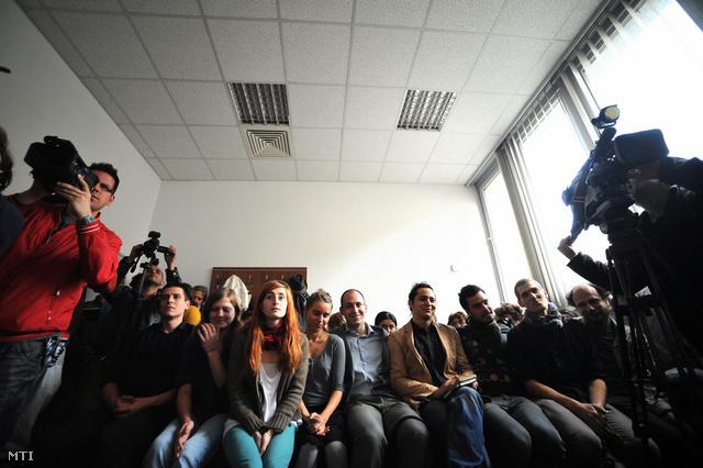 Vádlottak a székházfoglalók szervezőinek tárgyalásán, a Pesti Központi Kerületi Bíróságon.