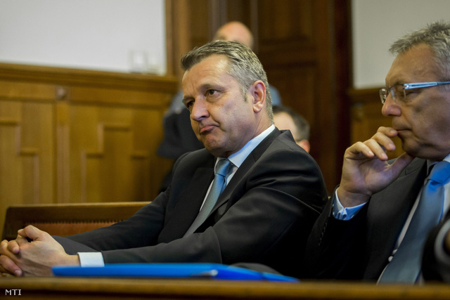 Molnár Gyula Újbuda volt szocialista polgármestere és Lakos Imre volt SZDSZ-es alpolgármester az ellenük hivatali visszaélés miatt indult büntetőper másodfokú tárgyalásán.