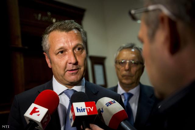 Molnár Gyula nyilatkozik a sajtónak az ítélethirdetést követően