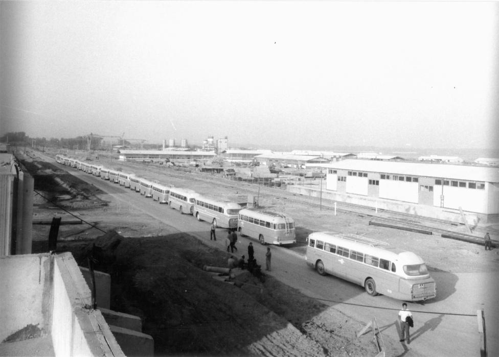 Az I-és és II-es blokk építésének előkészületei már 1974 augusztusa óta folytak. Az építkezésen csúcsidőben 10 ezer ember dolgozott. A Honvédség ezer főt irányított ide. Az építési munkálatokhoz a szigorúbb szakmai követelményeknek kellett megfelelni, például külön tanfolyamot kellett elvégezniük a szakképzett hegesztőmunkásoknak is. A KGST-országokból is érkeztek szakemberek.