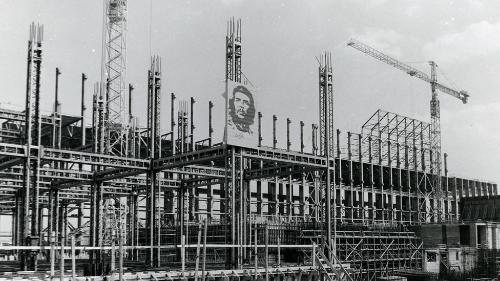 A Paksi Atomerőmű területén megkezdték az egyes számú reaktorblokkot körülzáró falcellák építését, ezzel egyidőben szerelik a laboratórium épületének szerkezetét is. Az előtérben a bolíviai születésű Che Guevara kubai partizánvezér arcképe látható.